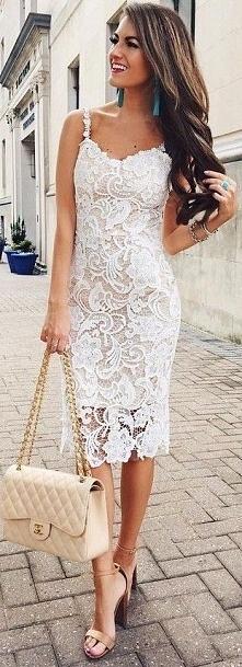 Ołówkowa sukienka koronkowa.