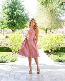 Piękna rozkloszowana sukien...