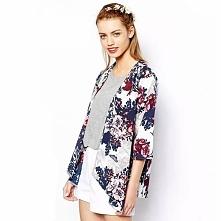 Piękna narzutka kimono w kwiatki, uatrakcyjni każdą stylizację. Kliknij w zdjęcie i zobacz gdzie można kupić! ;)