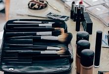 Oprócz zwracania uwagi na włosie z jakiego wykonane są pędzle musisz pamiętać o ich pielęgnacji, oczyszczaniu a także o odpowiednim przechowywaniu, jeśli chcesz, aby służyły jak...