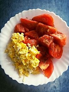Śniadanie: Jajecznica z pomidorami :)