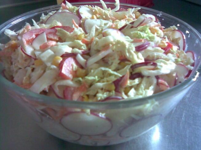 Surówka z pekinki Składniki 1 pekinka pęczek rzodkiewki 1 papryka puszka kukurydzy 1 cebulka 1 marchewka majonez sól pieprz Przygotowanie Kapustę pekińską pokroić , warzywaposiekać a marchewkę zetrzeć na tarce. Wszystkie skł. przełożyć do dużej miski , przyprawić , dodać majonez i wymieszać. Odstawić na 15 min. w chłodne miejsce ,aby smaki się połączyły. Podawać jako dodatek do dania drugiego.
