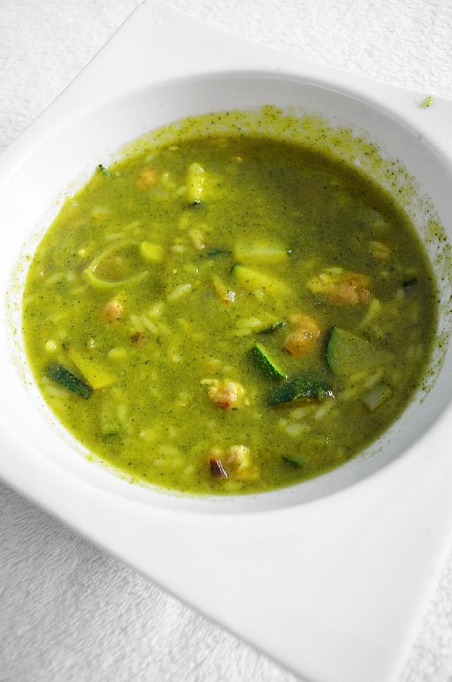 zupa brokułowa z piersią kurczaka, ryżem i warzywami. przepis po kliknięciu.