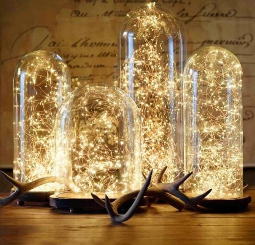 Kropelki światła na łańcuchu led jako dekoracyjne oświetlenie pomieszczenia. Prawda, że świetnie się prezentują w tych szklanych kloszach? Kropelki do nabycia u nas - bogatewnetrza.pl