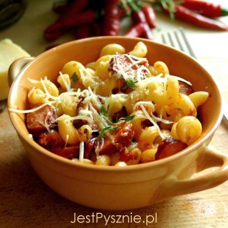 Makaron z kiełbasą i sosem pomidorowym