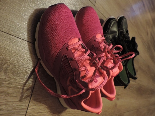 Do treningu potrzebne są porządne buty. Różowe do treningu z gumą na podeszwie  dzięki niej się nie ślizgam na panelach. Czarne na steper :)
