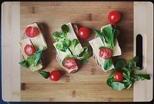 Mini zapiekanki z camembertem, pomidorkami i roszponką.  Odwiedź mnie na instagramie @joanngalka   ;-)