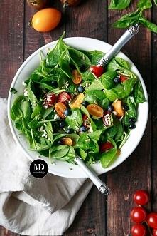 Prosta sałatka ze szpinakiem, fetą, borówkami, pomidorkami i słonecznikiem z dodatkiem świeżych ziół polana dressingiem.