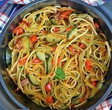 Makaron gotowany z warzywami w jednym garnku