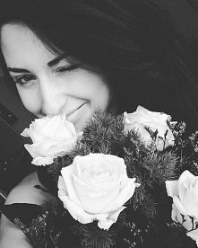"""""""Prawdziwa moc mężczyzny najlepiej jest widoczna w tym, jak bardzo uśmiecha się kobieta, która siedzi obok niego""""."""