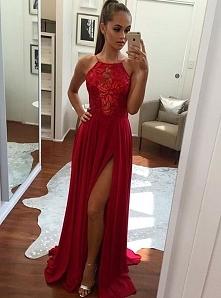 Czerwona sukienka świetnie sprawdzi się na studniówce.