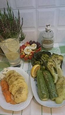 Zdrowo obiadowo.Warzywa (cukinia,brokuły)gotuję 10min.na parze.Ziemniaki z ma...