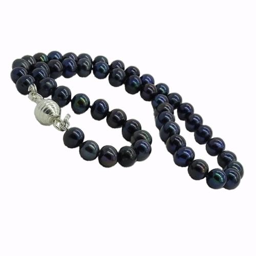 TAHURU Naszyjnik z czarnych pereł naturalnych  Wyjątkowo elegancki naszyjnik z czarnych pereł. Posiada wykonane ze srebra, ozdobne zapięcie, ułatwiające zapięcie naszyjnika, a jednocześnie niezwykle bezpieczne - zapobiega przypadkowemu odpięciu i zgubieniu klejnotu.    Ciekawy dodatek biznesowych stylizacji, szczególnie w kolorze ecru, szarości czy błękitu. Proponujemy do komplety perły na sztyfcie. Naszyjnik z powodzeniem będzie również ozdobą koktailowych i wieczorowych kreacji, podkreślając dekolt sukni.