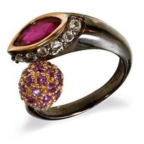 """GARBO   Srebrny pierścionek koktailowy z granatem, ametystami, pokryty czarnym rodem i różowym złotem  Niespotykany, wyrazisty pierścionek koktajlowy, o dwóch""""oczkach"""". Pierwsze, to duża markiza - facetowany, głęboko czerwony granat, którego kolor został podkreślony obwódką z różowego złota. Drugie to kula, o średnicy 10 mm pokryta aż 44 ametystami. Ich kolor również został uwypuklony poprzez wypełnienie przestrzeni pomiędzy kamieniami różowym złotem. Srebro oprawy pokryte jest czarnym rodem. Prawdziwe dzieło sztuki.  Całość niezwykle wytworna. Dla damy. Elegancki dodatek do popołudniowego stroju lub jako uzupełnienie wieczorowej kreacji. Będzie wybornie pasować do kreacji w ecru, czerwieni, szarości czy czerni. Jest na tyle ozdobny, że pozostałe elementy biżuterii, winny być drobne, aby jeszcze lepiej wyeksponować pierścionek."""
