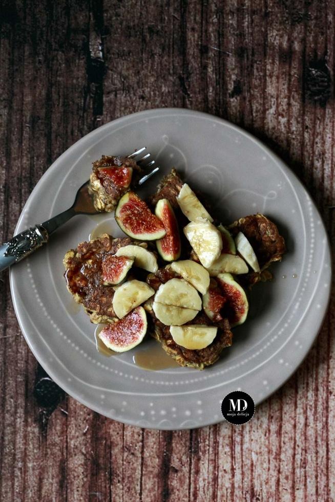 FIT placuszki z banana i płatków owsianych. Bez mąki i białego cukru. Szybkie i proste w przygotowaniu. Podane z owocami i syropem klonowym. Świetne na śniadanie, na słodki obiad, podwieczorek lub nawet na deser.