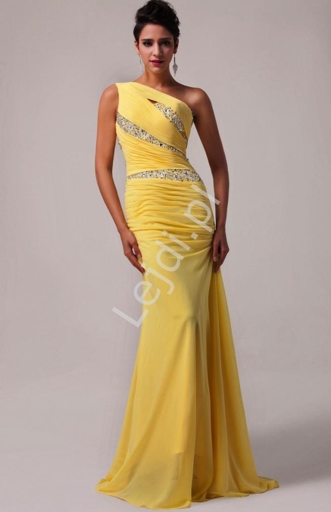 Oryginalna asymetryczna suknia wieczorowa. Sukienka wyknonana z szyfonu w kolorze żółtym. Sukienka na jedno ramię, bardzo zjawiskowe zdobienie, cekinami i kryształkami. Cały dół sukni jest asymetryczny począwszy od przodu po tył z trenem. Suknia z wiązaniem gorsetowym idealnie dopasuje się do każdej sylwetki. Wyjątkowy wzór sukni sprawi, że będzie ona jedna w swoim rodzaju, wzbudzi zachwyt na wieczornych przyjęciach, na studniówkach, idealnie się sprawdzi jako suknia dla druhen.
