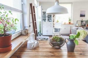Odsłona salonu w skandynawskim klimacie i prosty patent DIY na drewniane parapety. Zapraszam!