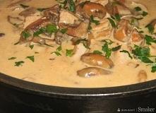 """Golonka w sosie z rydzów """"Pierwszy raz zrobiłam takie danie i wyszło pyszne polecam... """" 800 g mięsa z golonki ( można użyć innego ) 500 g świeżych rydzów 300 ml śmiet..."""