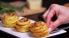 Ułożył plasterki ziemniaków na tacy od mufinek. To co wyjął z piekarnika jest ZDUMIEWAJĄCE!