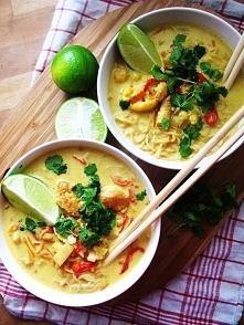 Orientalna zupa z makaronem i kurczakiem