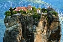 Meteora,Grecja-Na szczytach skał umiejscowiony jest zespół prawosławnych klas...