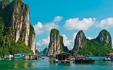 Zatoka Ha Long,Wietnam-jest tam rozsianych ok. 1900 skalistych wysp i wysepek...