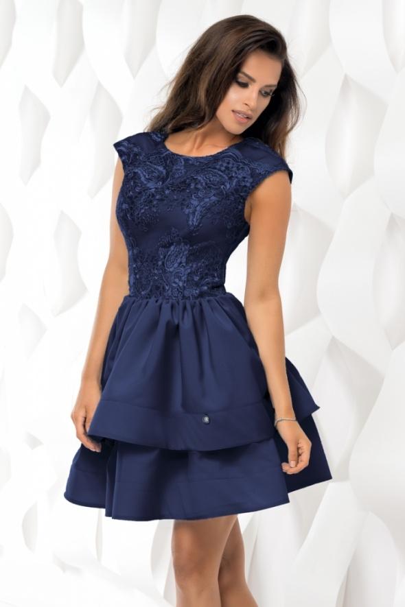 Drogie Panie. Kupiłam tę sukienkę na wesele. Ze względu że sukienka jest ciemna chcę ją rozjaśnic butami i torebka. Myślałam o czerwonych, fuksji lub złotych. Poproszę o radę.