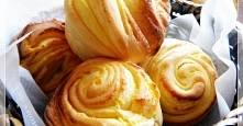 Drożdżówki z kremem waniliowym Ciasto: mąka 250 g, cukier 15 g, masło 20 g, sól 4 g, drożdże suche 3 g, mleko 170 cm3 krem Żółtka 2, cukier 50 g, mąka 2, mleko 80 cm3, wanilia, ...