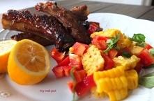 Żeberka w ostro słodkim sosie z sałatką z kukurydzy
