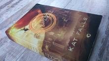 """""""NieLudzie"""" autorstwa Kat Falls to książka science fiction, lecz nie znajdziecie w niej kosmicznych podróży i walk na pociski nuklearne. Autorka przedstawia dystopijną wizję świ..."""