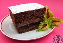 Mocno czekoladowe ciasto z wiśniami Ciasto czekoladowe: 8 jajek 1/2 szklanki cukru 1 szklanka mąki 2 łyżki kakao 1 łyżka proszku do pieczenia 3 łyżki oleju 50 g gorzkiej czekola...