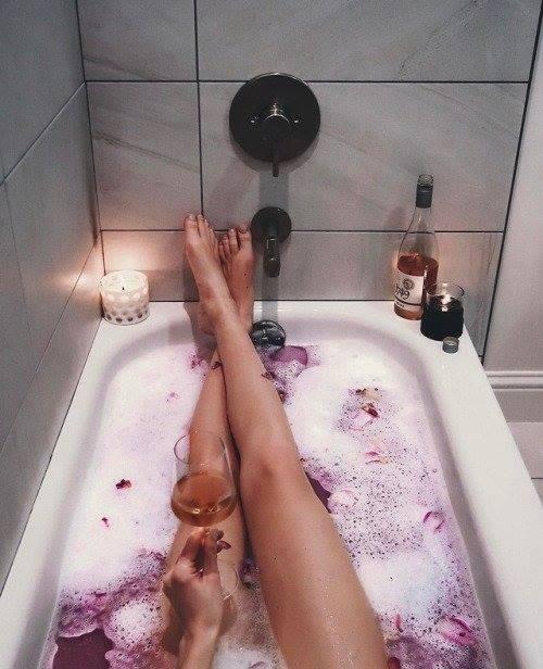 To czego każda Pani domu potrzebuje po KAŻDYM dniu,lampka wina i relaksująca kąpiel <3