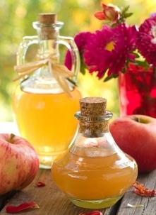SKŁADNIKI  1 1/2 kg skórek z jabłek (u mnie było to 3 kg jabłek papierówek z własnego ogrodu) 1 1/4 litra wody 5 łyżeczek ciemnego nieoczyszczonego cukru 4 litrowy szklany słój ...