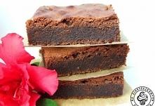 Idealne brownie  100 g czekolady gorzkiej 100 g czekolady mlecznej 200 g masła 1,5 szklanki cukru pudru 5 jajek 3/4 szklanki mąki pszennej 1 łyżeczka proszku do pieczenia  Sposó...