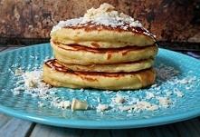 Kokosowe pankejki z białą czekoladą      1 1/2 szklanki mąki pszennej     1/2 szklanki wiórków kokosowych     3 1/2 łyżeczki proszku do pieczenia     1/2 łyżeczki soli     1 łyż...