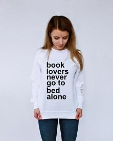 blogerska bluza oversize z napisami BOOK LOVERS NEVER GO TO BED ALONE - modna...