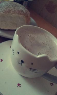 Jesienne wieczory lubię spędzać pijąc ciepłe kakao z ulubionej filiżanki.