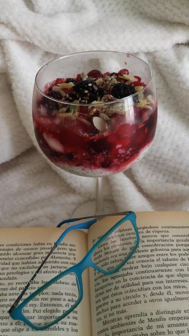 moment tylko dla nas♡ Ja, dobra książka i smaczna przekąska; )