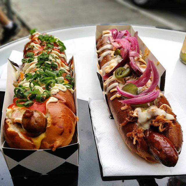 naprawdę dobre i pyszne hot dogi można zjeść w krakowie w food truck the dog food truck, więcej ciekawych krakowskich miejscówek z jedzeniem znajdziecie na blogu cojebunny.pl i naszym instagramie