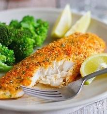 pieczona rybka z parmezanem i pietruszką.