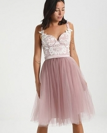 Przepiękny kolor i fason sukienki Chi Chi London Petite SELINA.