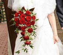 """Bukiet ślubny z czerwonych róż, """"spływający"""" w dół (dość ciężki ;))"""