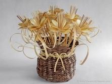 Kwiaty wykonane ze słomy żytniej prasowanej, umieszczone w koszyku z papierow...