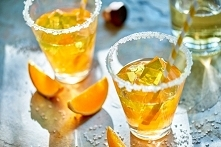 Koktajl karnawałowy: Na 5 koktajli: 1 Galaretka o smaku pomarańczowym Dr. Oetkera 1 Galaretka o smaku cytrynowym Dr. Oetkera 200 ml Żubrówki Sok z 0,5 cytryny Cukier kryształ do...