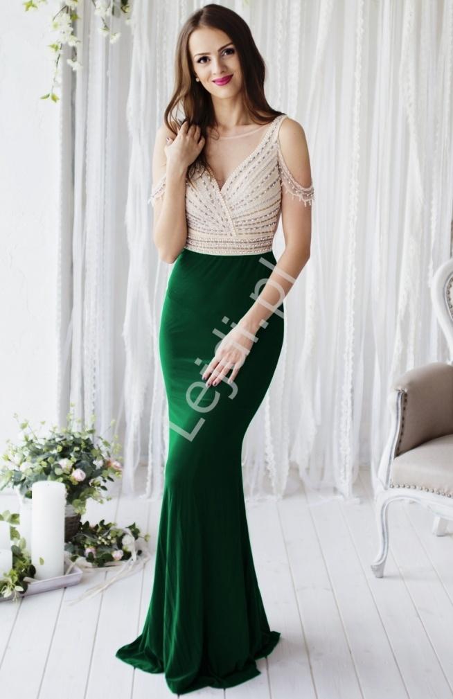 Przepiękna zmysłowa suknia wieczorowa z górą w złotym kolorze wyszywana perełkam, koralikami i cyrkoniami, dół w kolorze ciemno zielonym. Suknia przyległa do ciała. Na ramiona delikatnie opadaja zdobienia. Tył z tiulu w kolorze cielistym. Bardzo efektowna i zwracająca uwagę suknia w stylu gwiazd Hollywood. Absolutny unikat !!! Suknia z pewnością przywodzi na myśl suknie z czerwonego dywanu. Elegancka i zmyslowa propozycja na wieczór, na wesela, studniowkowy bal i karnawał. #sukienka #długasuknia #sukniawieczorowa