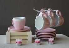 Komplet filiżanek na metalowym stojaczku - elegancka ozdoba do kuchni lub świ...