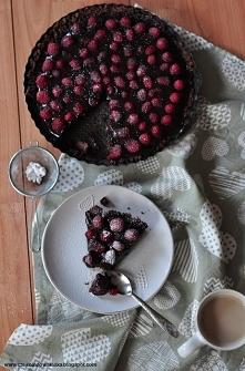 Prosta i obłędnie czekoladowa tarta z malinami