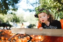 Halloween to święto obchodzone w wielu krajach w wieczór 31 października.  Najbardziej hucznie w Stanach Zjednoczonych, Wielkiej Brytanii, gdzie dzieci przebrane w kostiumy (duc...