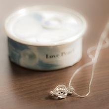 Perła życzeń Obdarowana nim osoba będzie musiała sama wydobyć perłę z prawdzi...
