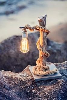 Mała, drewniana lampka do d...